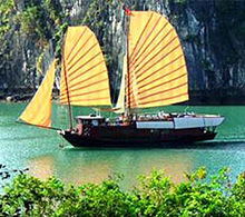 Boat tour on Halong Bay